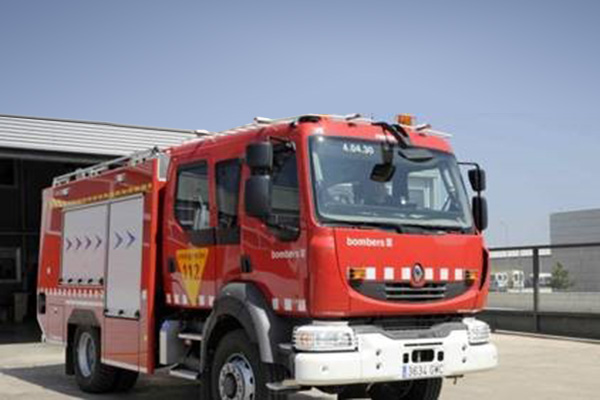 Un incendi destrueix la coberta d'un magatzem en desús al recinte d'Ercros a Flix